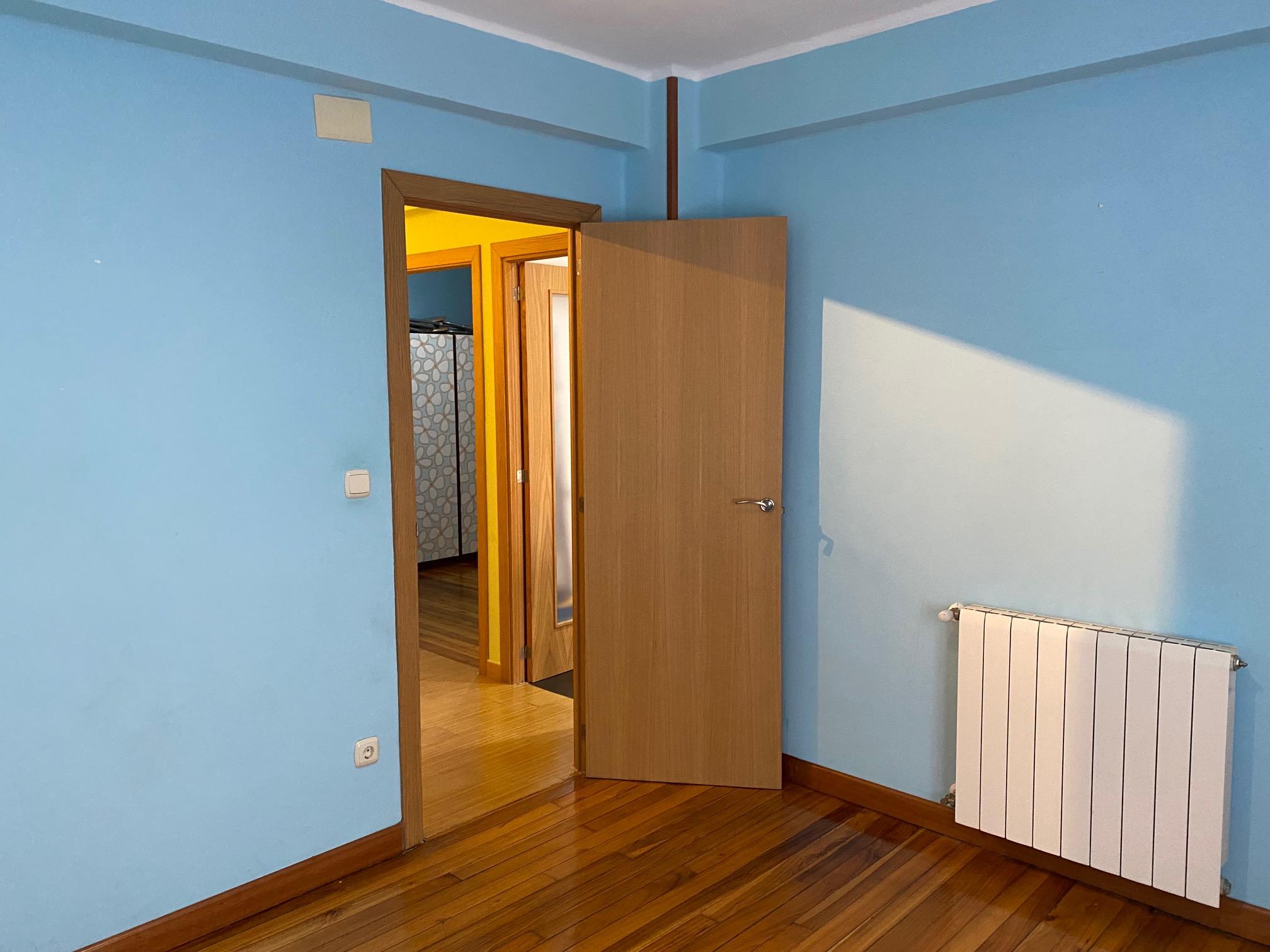 En Serapio Mugica, 2º planta con ascensor, 65m2, 2 habitaciones, salon,cocina equipada con salida balcon y baño.Trastero. Para entrar a vivir!!!