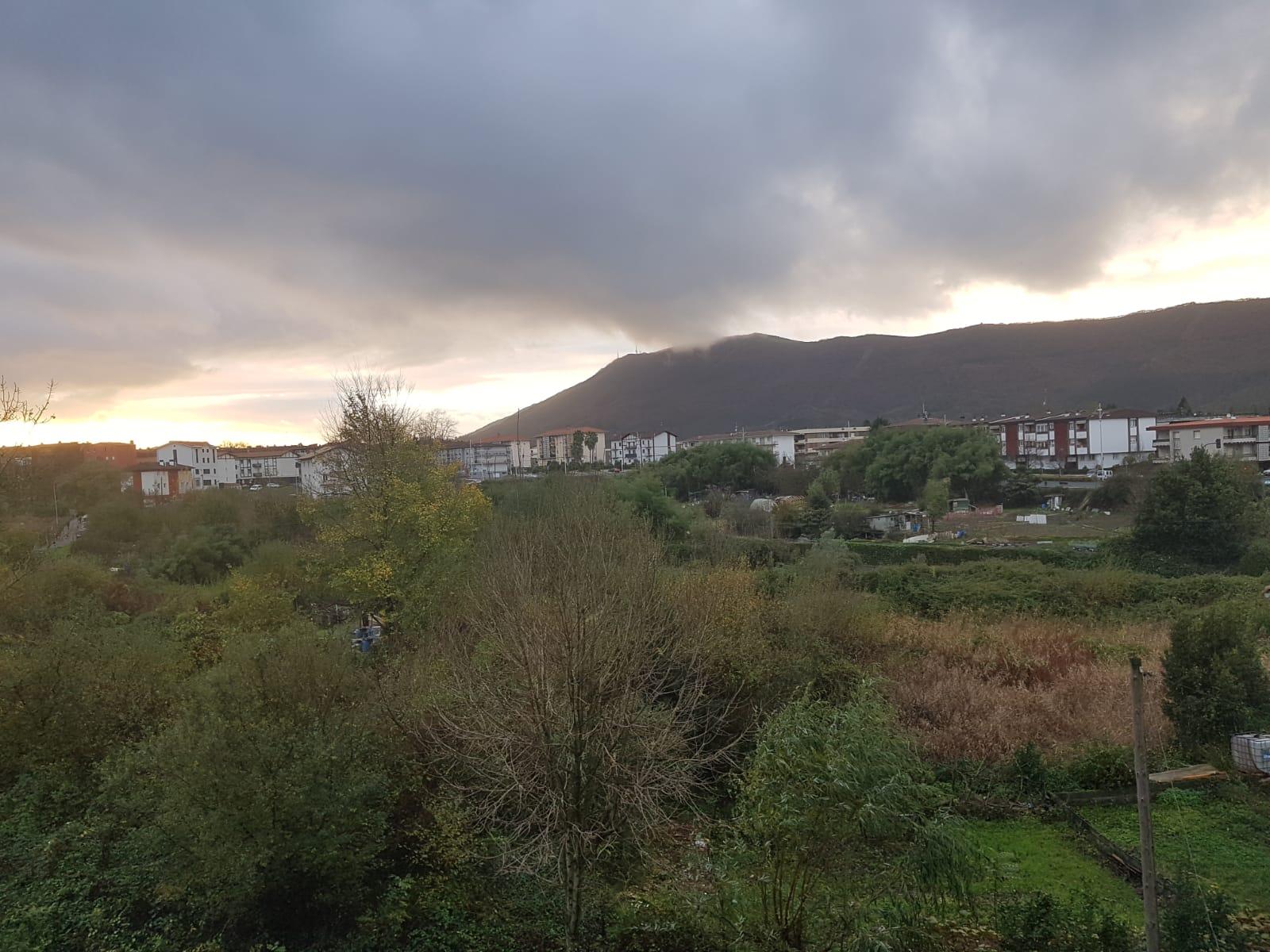 Hendaia Junto a la frontera del puente internacoional, planta baja con terraza y  jardin.En urbanizacion con piscina...