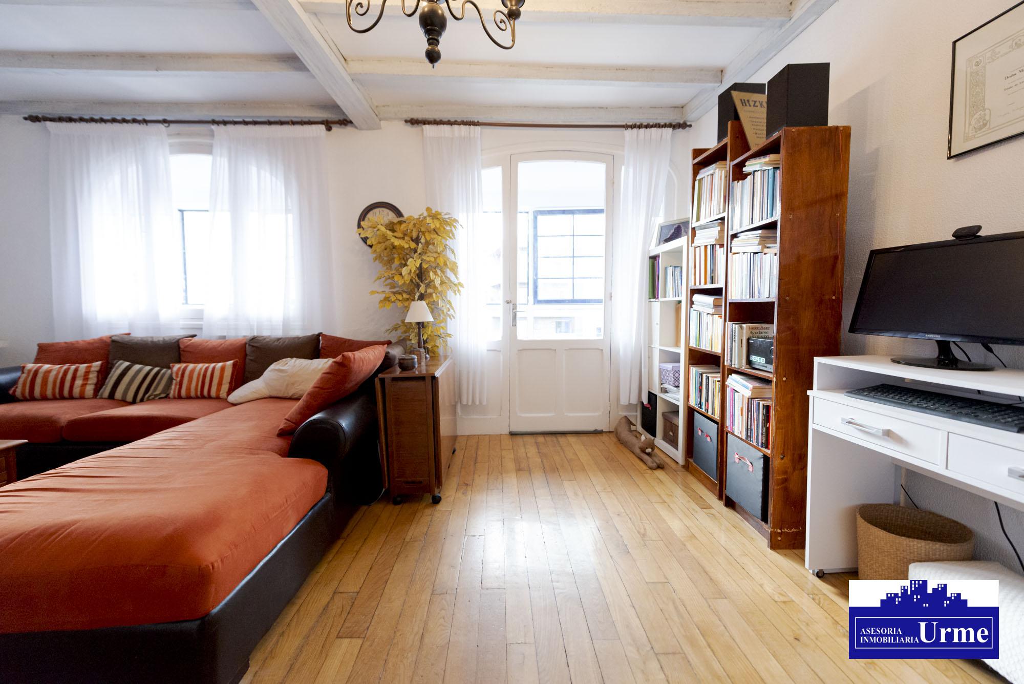 Vivienda de época,con alma,en el centro de Irun!100m2,gran salon, chimenea,salida galeria,2 habitaciones, cocina y baño.Te gustara!