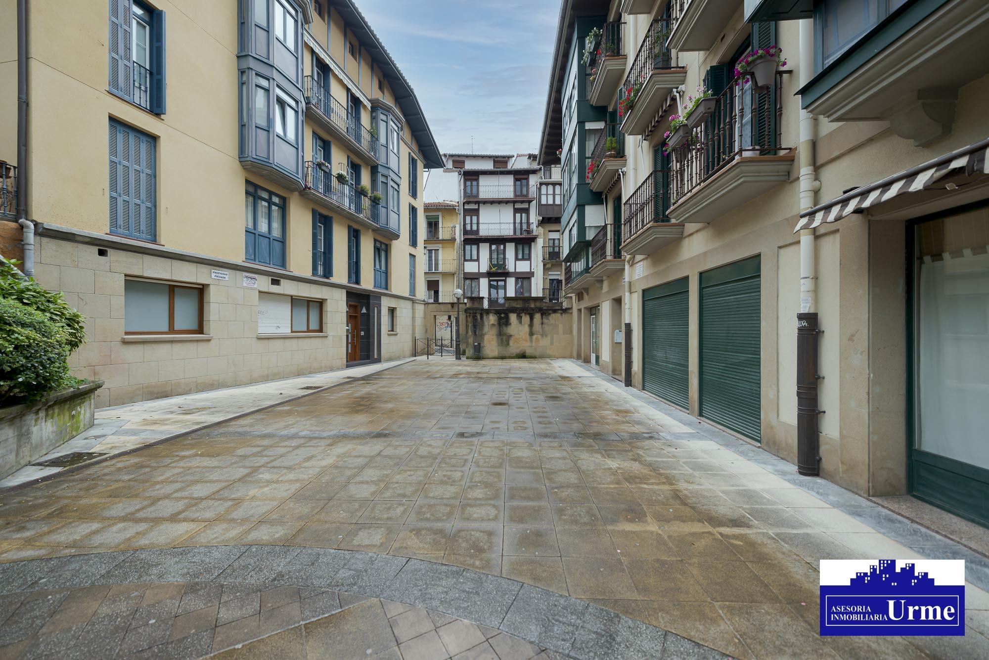 En la calle Mayor, inmueble del 2001, 2 habitaciones, salon, opcina equipada, exterior,balcon, ascesnor...te lo vas a perder?