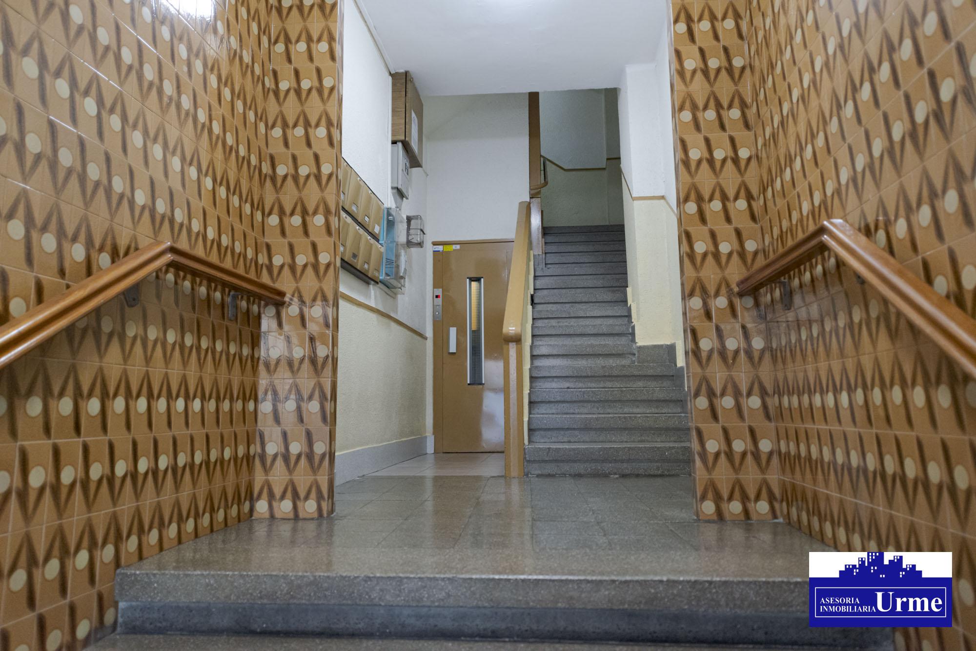 En Juan Arana, 5º planta con ascensor,70 m2 bien distribuidos, sin pasillos,3 dormitorios, armarios empotrados,salon,cocina equipada,baño, balcon Sur,  trastero. Ven a visitarlo!