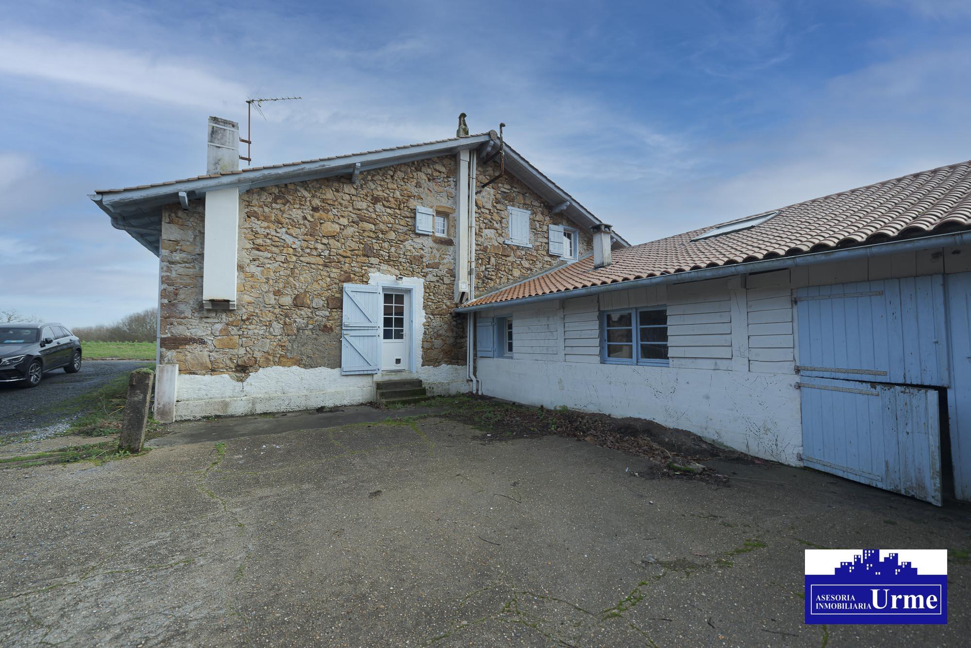 En Arcangues, cerca de Biarritz, casa con solera, a reformar, terreno de 3.000m2.Proximo al Golf Makila!! Informate en nuestras oficinas.