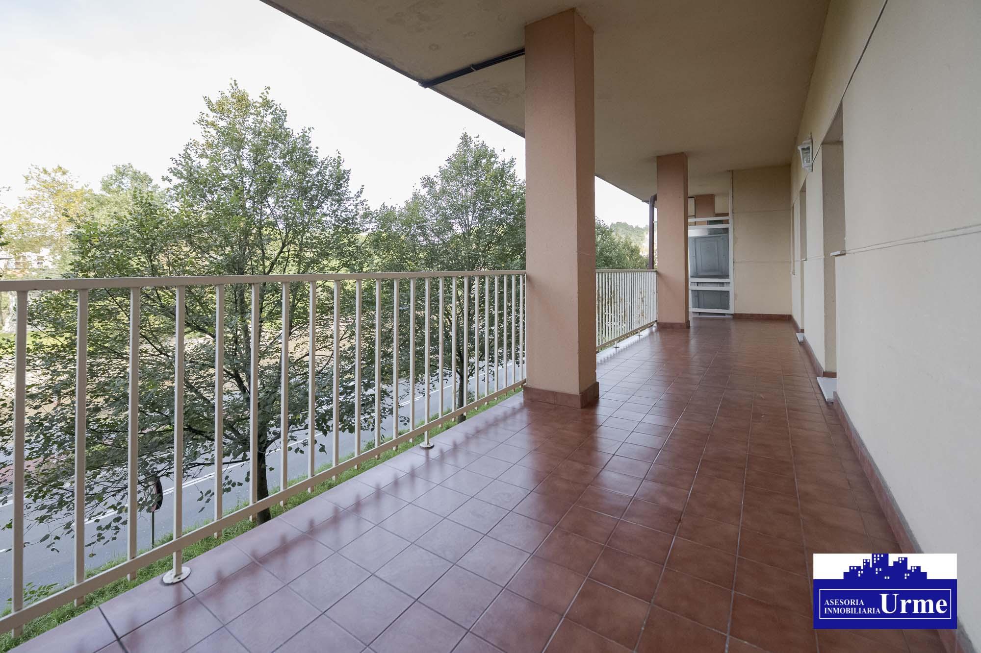Vivienda en planta baja con entrada independiente y terraza de 23m2 con vistas de pejadas,83m2 útiles,2 habitaciones, gran salon,garaje cerrado incluido precio!