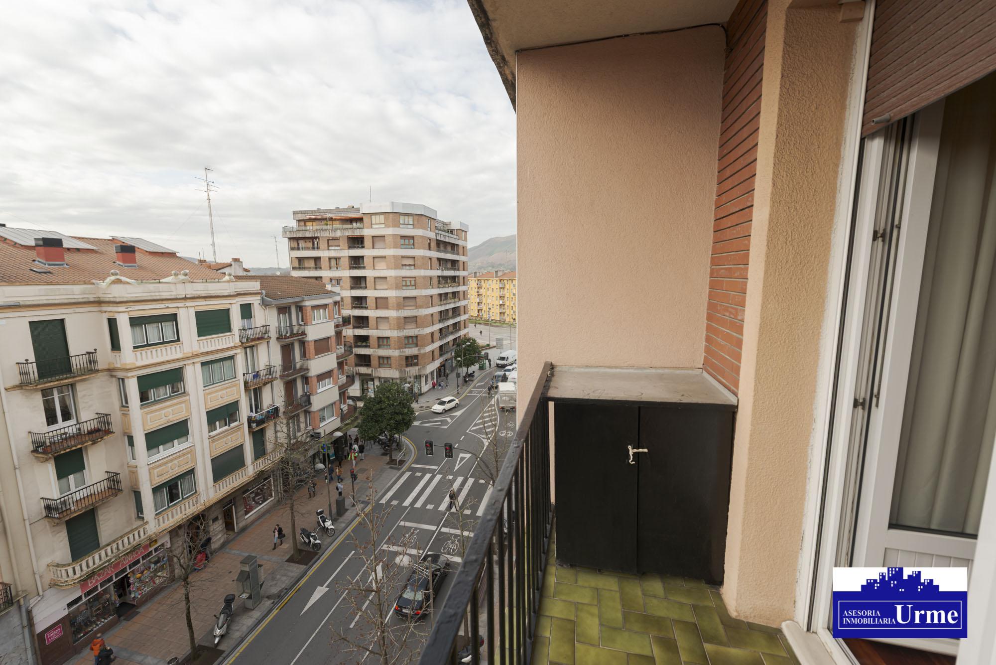 Nuevo precio!!En Paseo de Colon sur,Piso alto 5º planta con ascensor, vivienda parar entrar a vivir,2/3 habitaciones, salon,cocina y baño.Informate en nuestras oficinas .