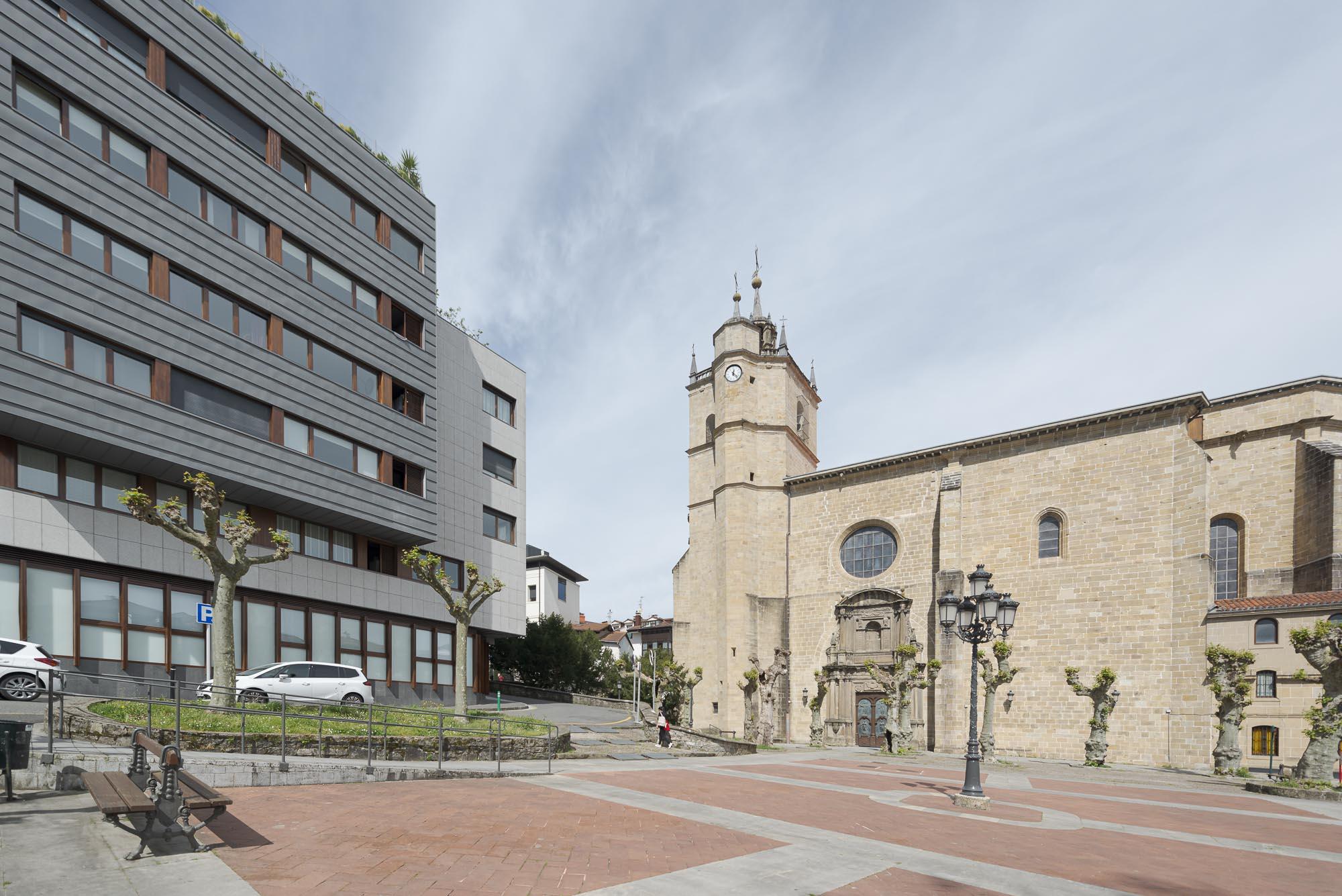 En edificio moderno, junto al Juncal, vivienda exterior de 2 habitaciones,gran salon,cocina equipada y dos baños.Trastero de 13m2.Ven a visitarlo!