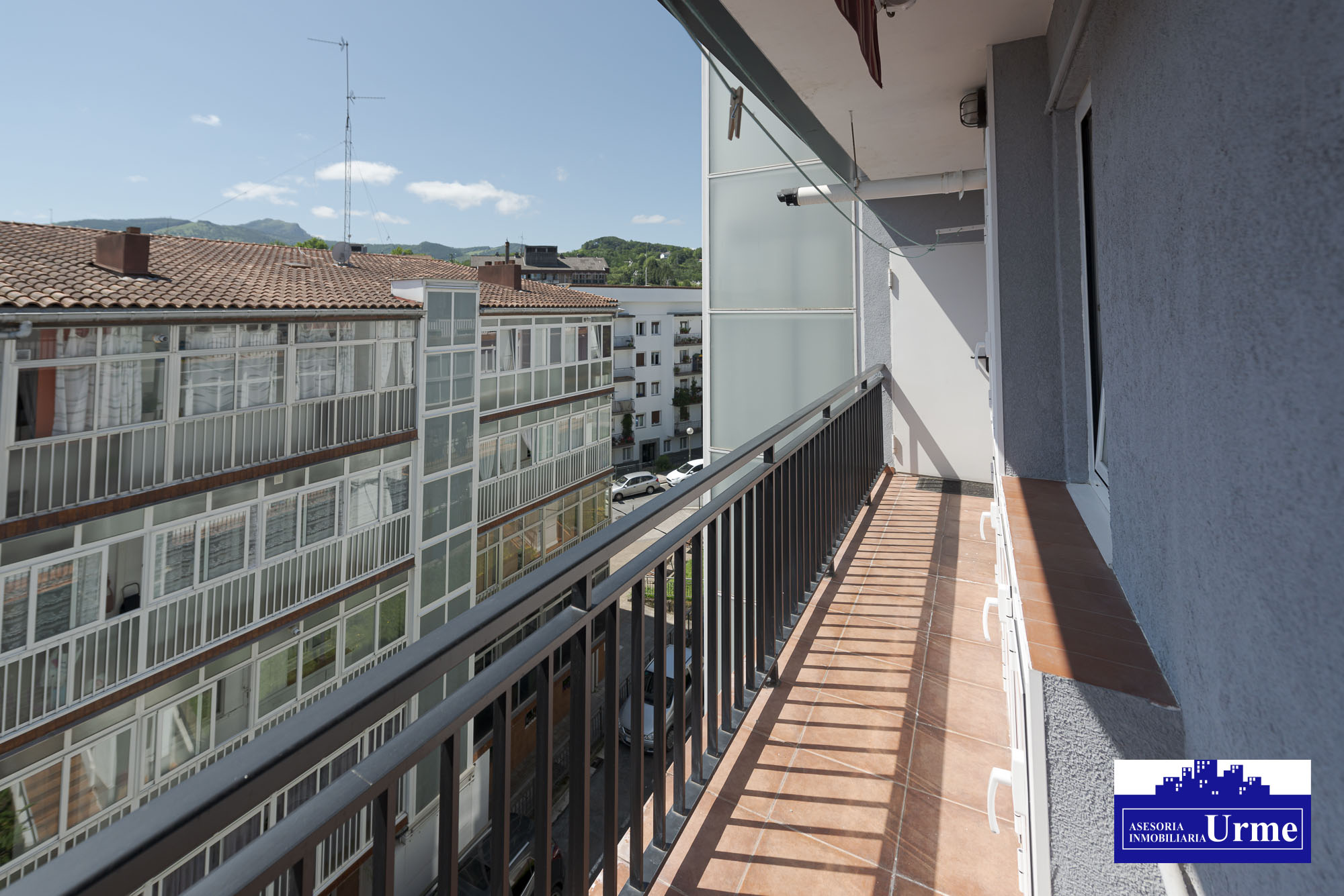 En Larreaundi, vivienda exterior, con balcones, trastero y garaje incluido en el precio.Reformadad hace 10 años.3 habitaciones, salon,cocina chula,baño a ras de suelo....Ven a visitarla!!