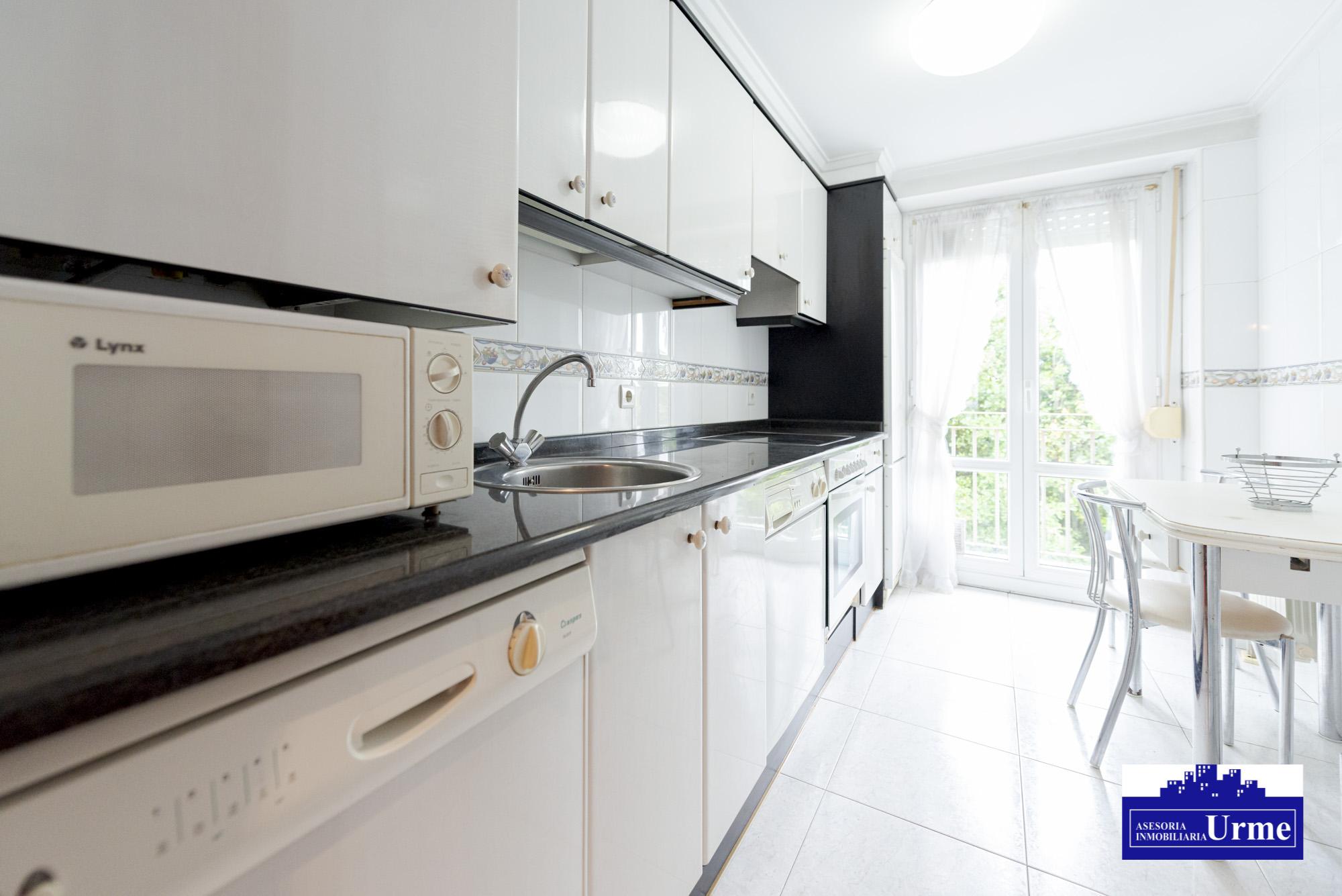 En Santiago,por 215mil euros unos 70m2, 3 habitaciones,salon,cocina y dos baños.trastero.Informate!!