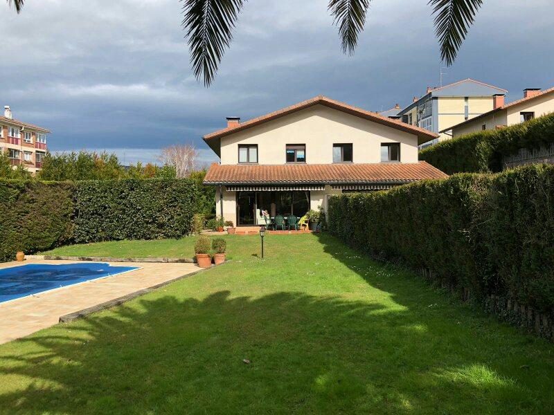 Villa pareada con piscina en Ventas de Irun