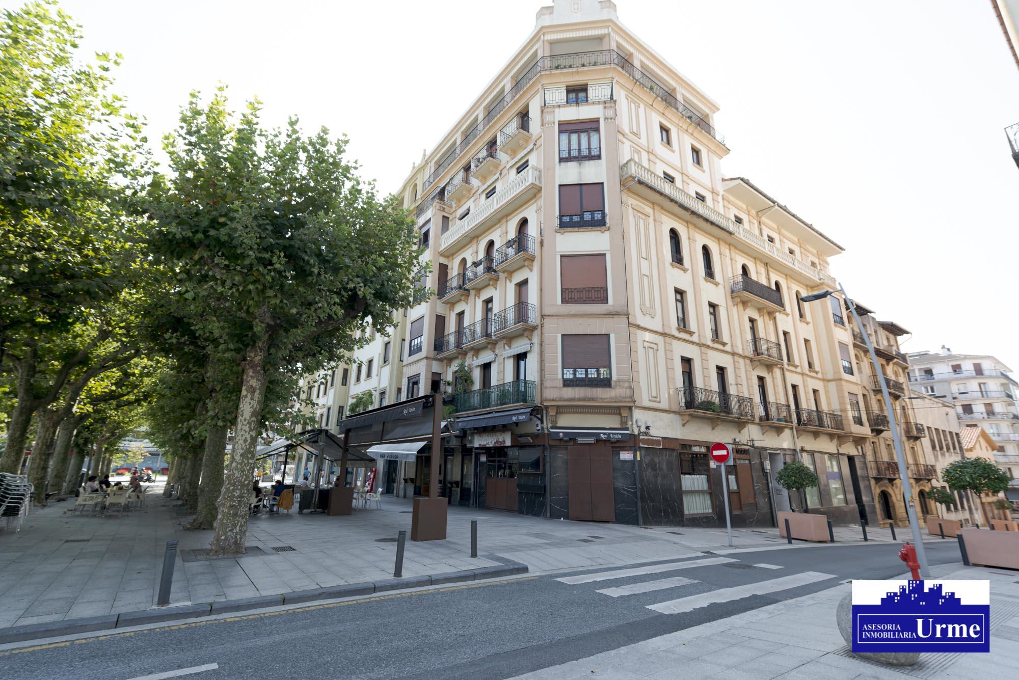 Frente a la plaza del Ensanche,vivienda amplia, de 4 dormitorios, salon,cocina y 2 baños! Para entrar a vivir