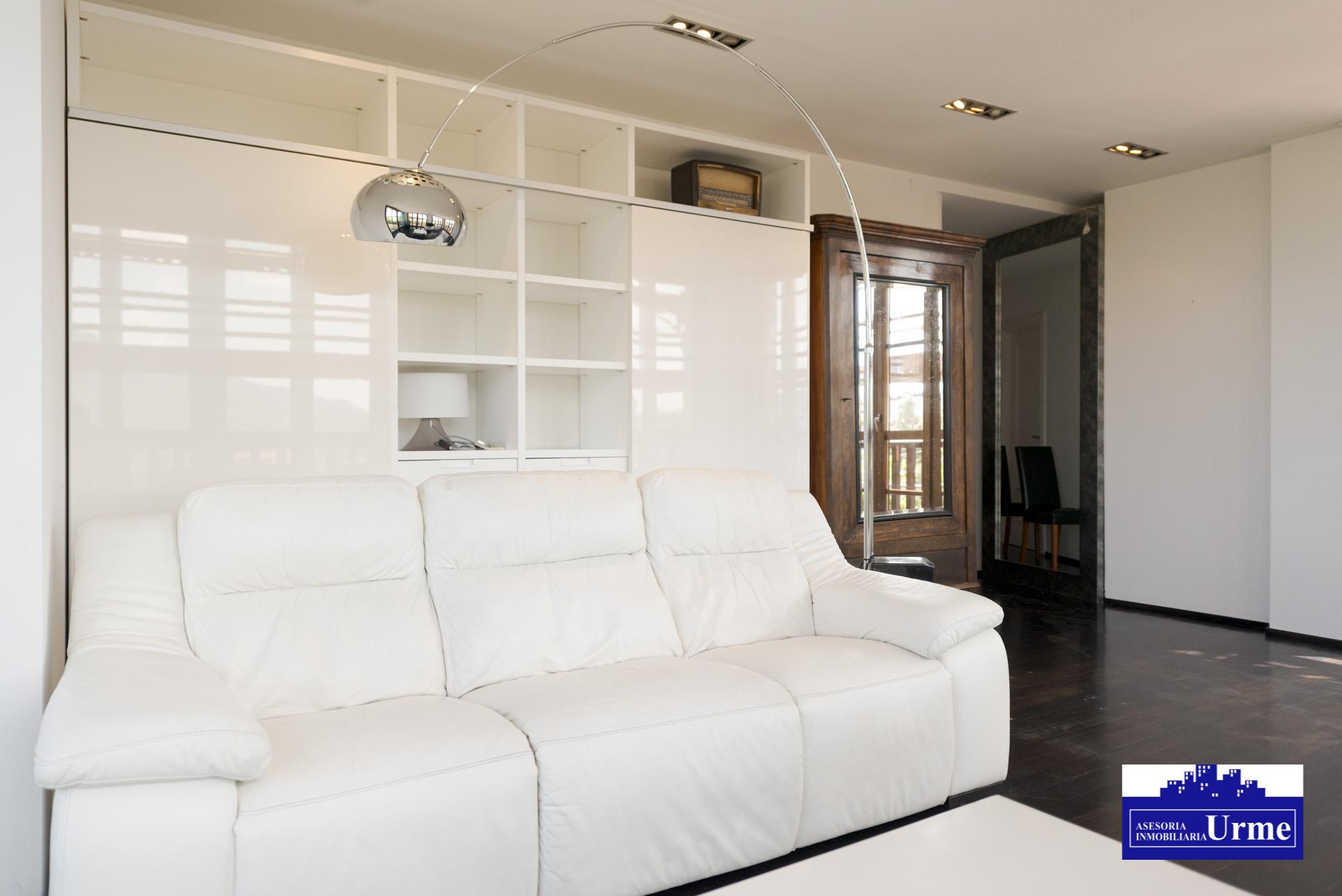 En Boyer,urbanizacion proxima al centro con piscina,3 habitaciones, gran salon,cocina y dos baños.Garaje doble. Informate