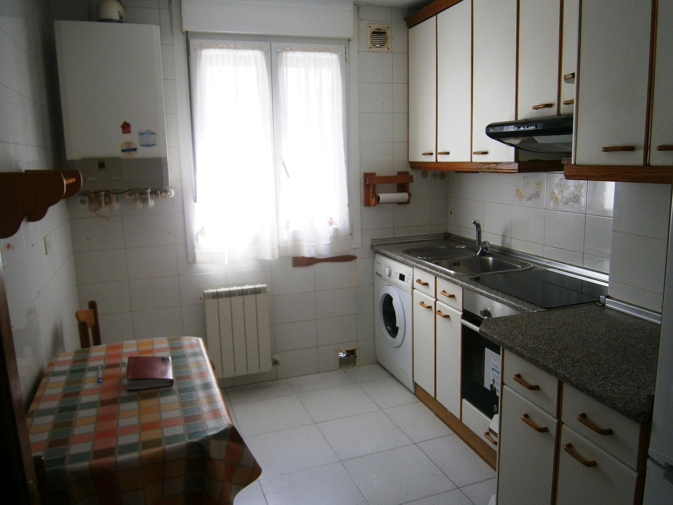 Frente al Mendibil,piso de dos habitaciones, sala,cocina y baño.Segunda planta sin ascensor.Balcon.