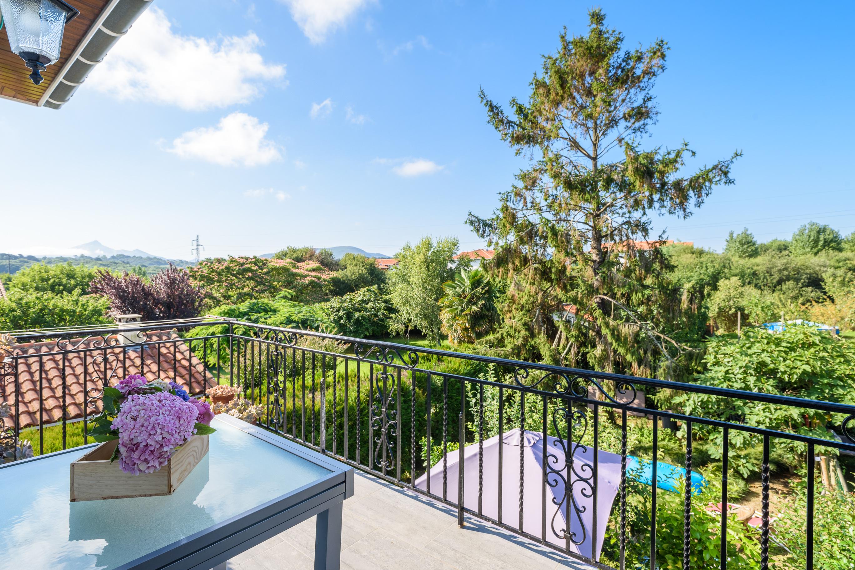 Hendaia Aguerria,Pisazo en villa con bonito jardin de 500m2,garaje.Proximidad playa.Informate!!!