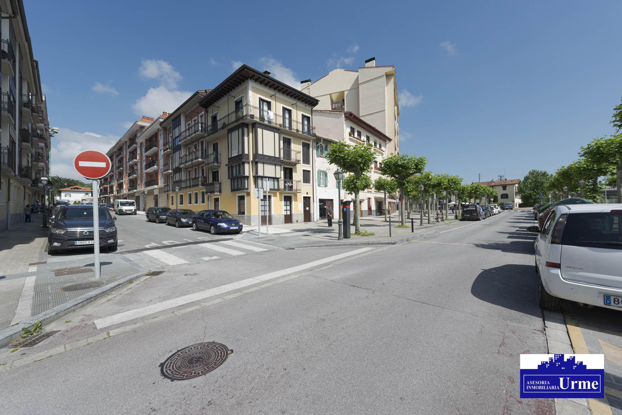En Santiago con terraza amplia, zona tranquila a dos pasos del centro,bidegorri a proximidad.90m2, 3 habitaciones,salon,cocina y 2 baños. Trastero. Bicicletero comun.Informate!!!!!!!