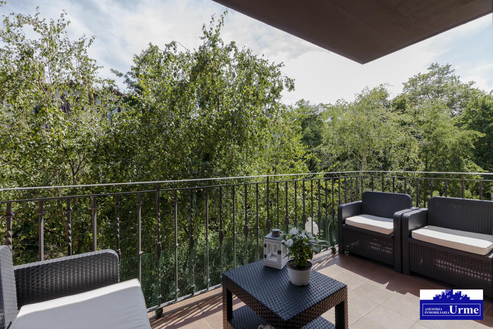 Zona residencial Urdanibia Berri,Entorno tranquilo.3 dormitorios,salon majo con salida terraza,vistas en verde!cocina equipada, dos baños.Garaje!!te lo vas a perder?