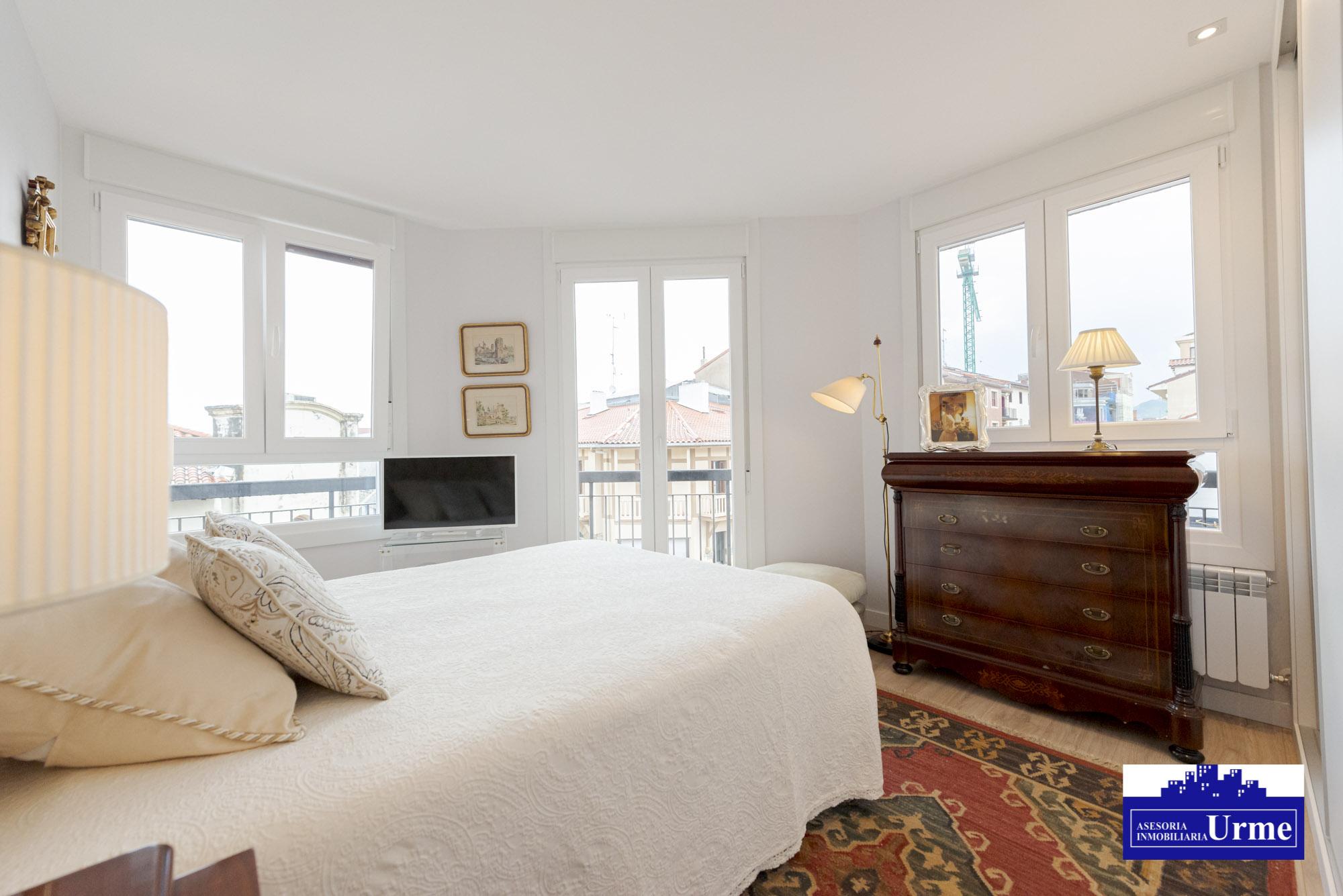 En el centro,piso alto, con ascensor,actualizado, con mucha luz,2 habitaciones,salon,2 habitaciones con ventanas y balcones,muy agradables.Trastero!!