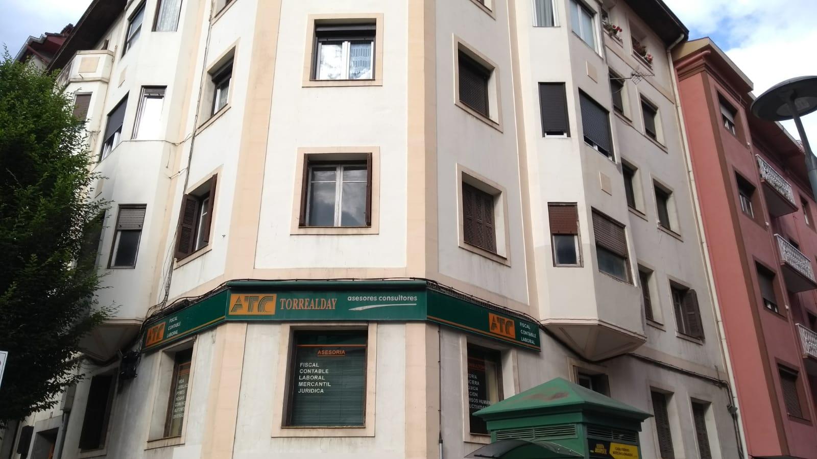 En la avenida Gipuzkoa, en una primera planta,vivienda a reformar tot...