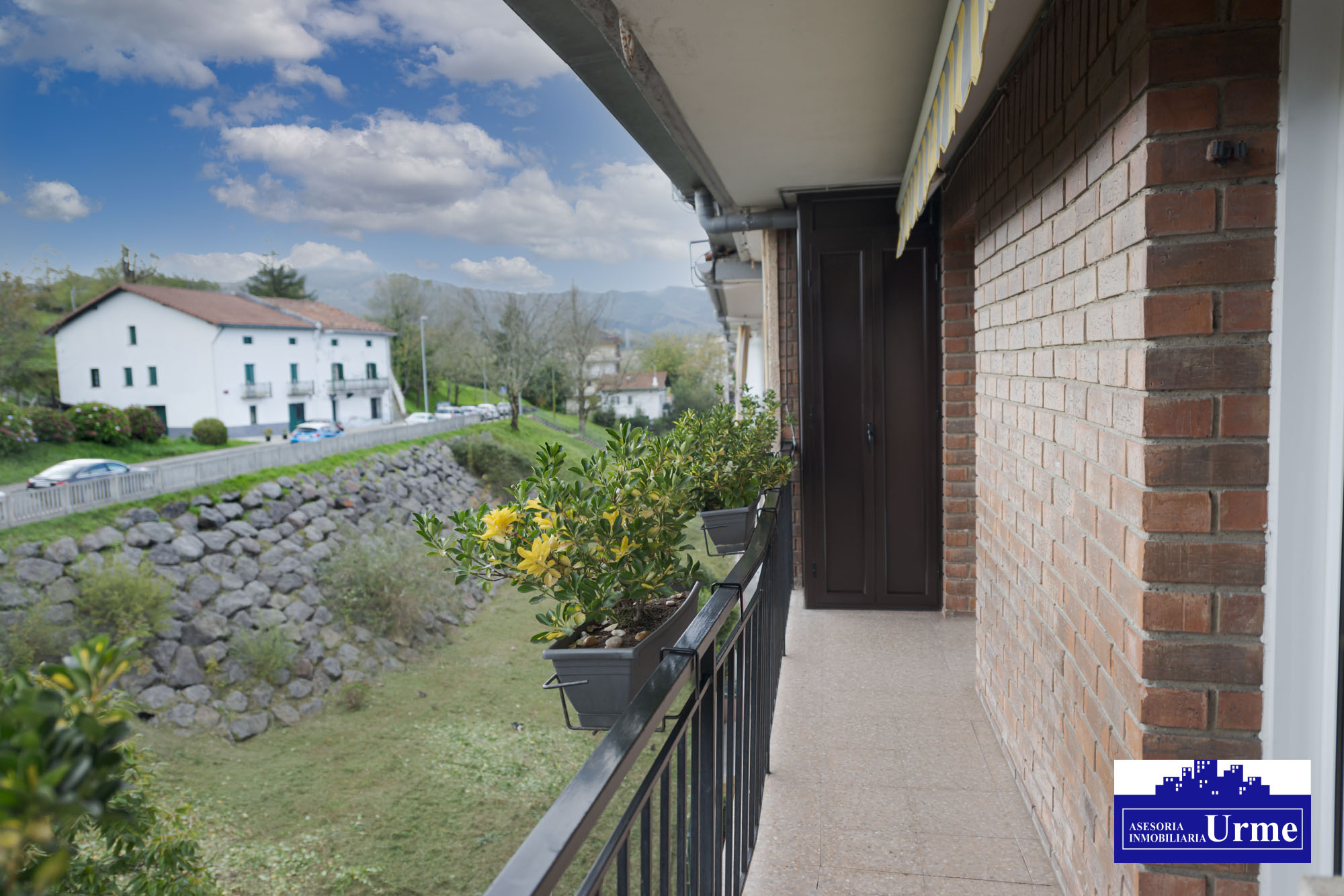 En Artia.Estado Impecable,exterior,con baldon.6º planta con ascensor.68m2, 2 habitaciones, salon,cocina y baño. Para entrar!!