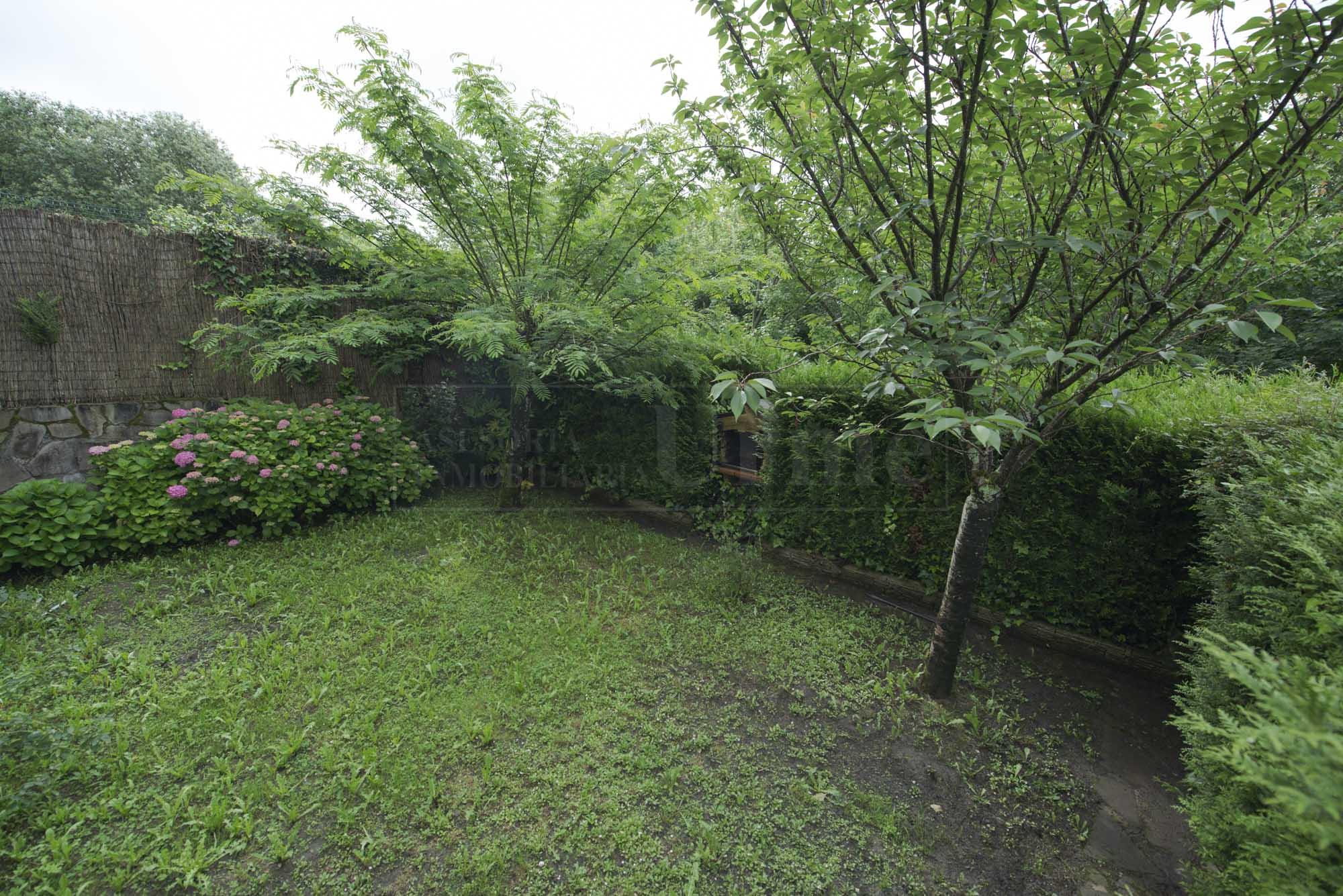 Fantastica villa bi familiar con jardin y garaje doble en zona tranquila.