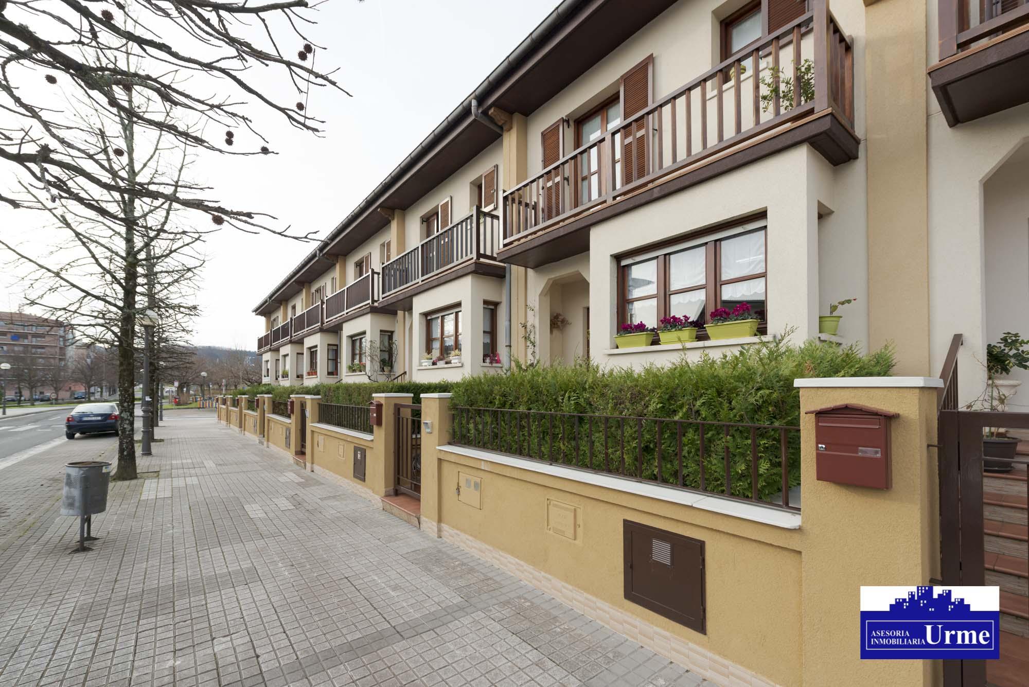Villa adosada,con mucho encanto y en perfecto estado.190m2 útiles.Gran terraza,Garaje doble.txoko,Te gustará, ven a visitarla!!