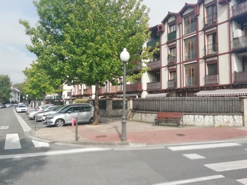 En Urdanibia Berri, zona residencial,pisazo de 3 dormitorios, salon majo,cocina equipada dos baños, exterior.Garaje en el edificio.