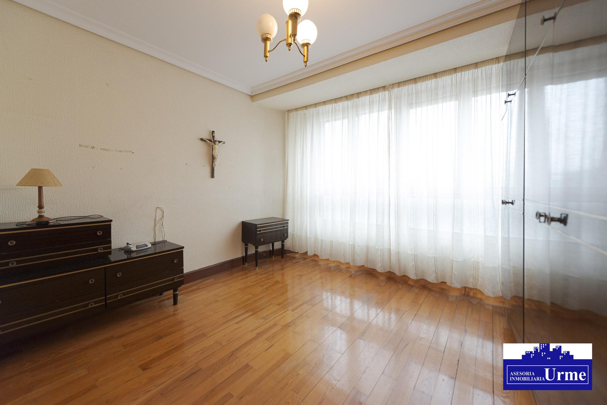 En San Miguel con terraza y parking!! 90m2, 3 habitaciones, salon,cocina, ascensor,calefaccion.Informate!!